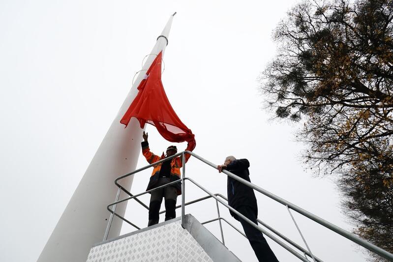 Miasto Gdańsk zamówiło łącznie cztery flagi. Każda z nich ma wymiar 8x5 metrów. To flagi Polski i Gdańska