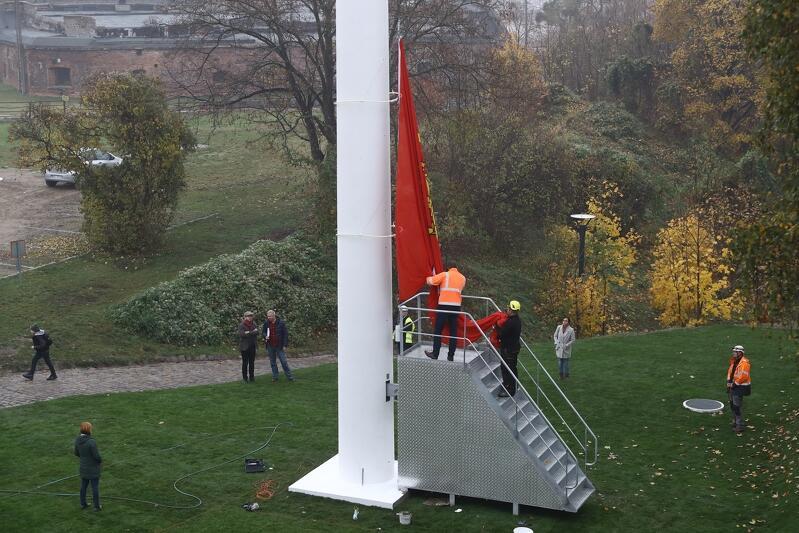 Maszt flagowy jest jednym z jedenastu masztów zamontowanych w Gdańsku na 100-lecie odzyskania przez Polskę niepodległości