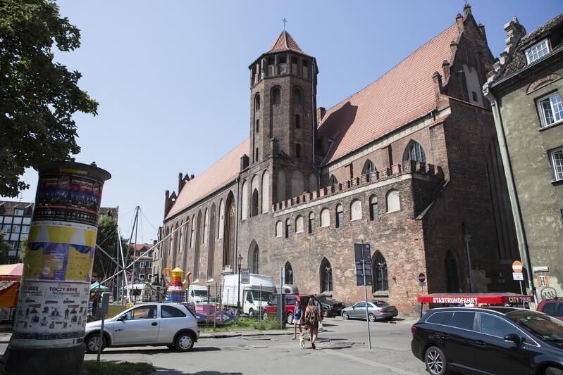Dominikański kościół św. Mikołaja będzie wyłączony z użytkowania na wiele miesięcy, a być może nawet lata. Widok na świątynię od strony Skweru Świętopełka. Ulica Świętojańska ptrzebiegaąca wzdłuż muru kościoła, od piatku, 0 listopada, zamknięta jest dla samochodów