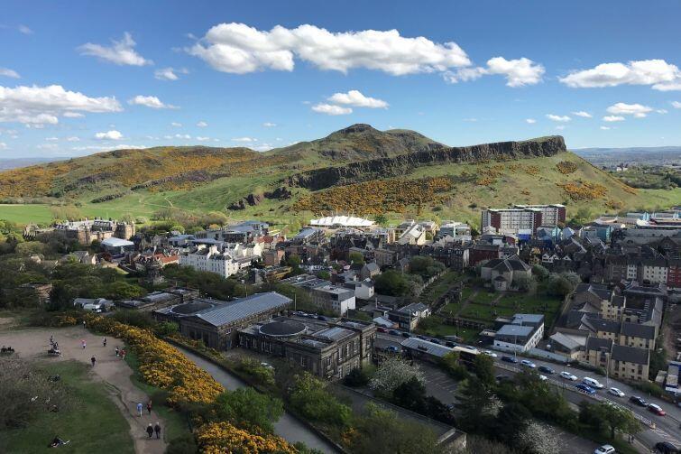 Panorama Edynburga z widokiem na Holyrood Park