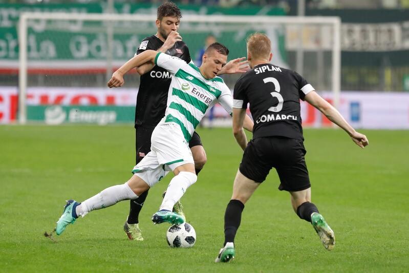 Lukas Haraslin w walce z zawodnikami Cracovii. Czy już nie długo wyjedzie do Włoch?