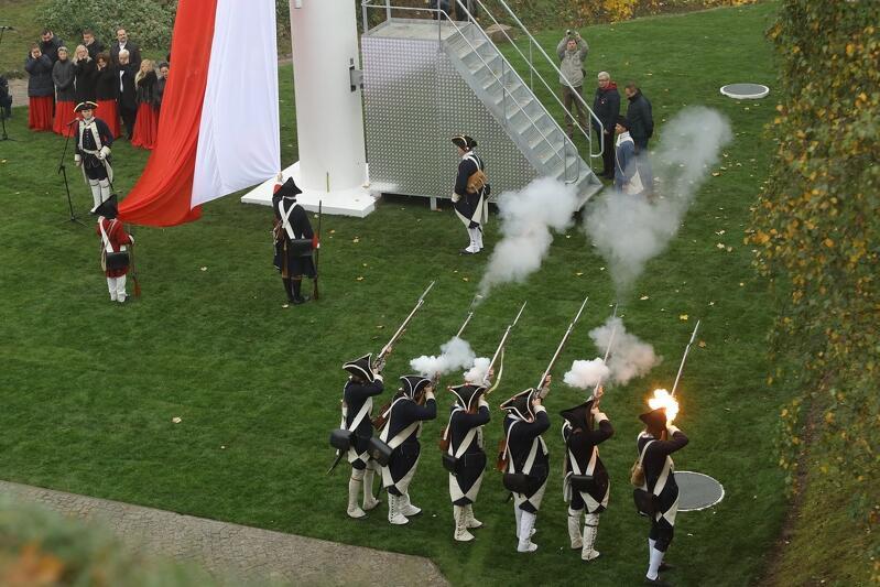 Wciągnięciu flagi towarzyszyła uroczysta salwa w asyście Garnizonu Gdańskiego