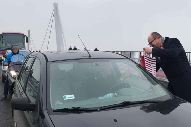 Prezydent Gdańska Paweł Adamowicz wręcza upominki pierwszym przejeżdżającym przez nowy most kierowcom