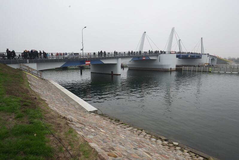 Przez most można przejechać i przejść pieszo