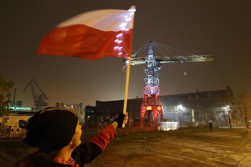 Dźwig stoczniowy w biało-czerwonych barwach na 100-lecie odzyskania przez Polskę niepodległości