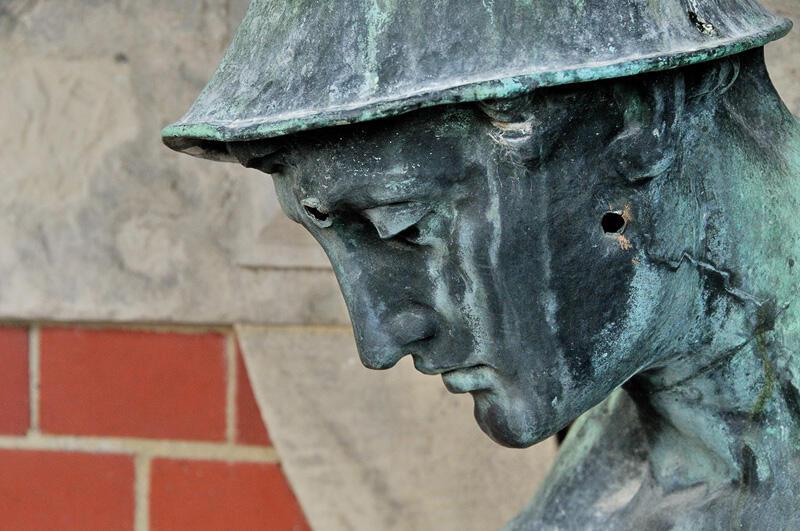 Głowa jednej z miedzianych postaci zdobiących rzygacze na fasadzie Gmachu Głównego Politechniki Gdańskiej, prawdopodobnie Hermes, uszkodzenia figury to ślady po ostrzale z 1945 r.