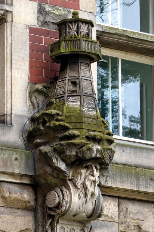 Latarnia morska symbolizuje techniczne aspekty sztuki budowlanej i wiąże się z postacią Ludwiga Hagena, specjalisty budownictwa wodnego