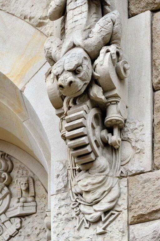 Jaszczur wytwarzający prąd na fasadzie Gmachu Głównego