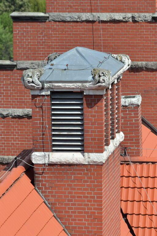 Jeden z kominów na dachu Gmachu Głównego Politechniki Gdańskiej, rzeźbiony w kamieniu dym do niedawna oglądać mogły tylko ptaki