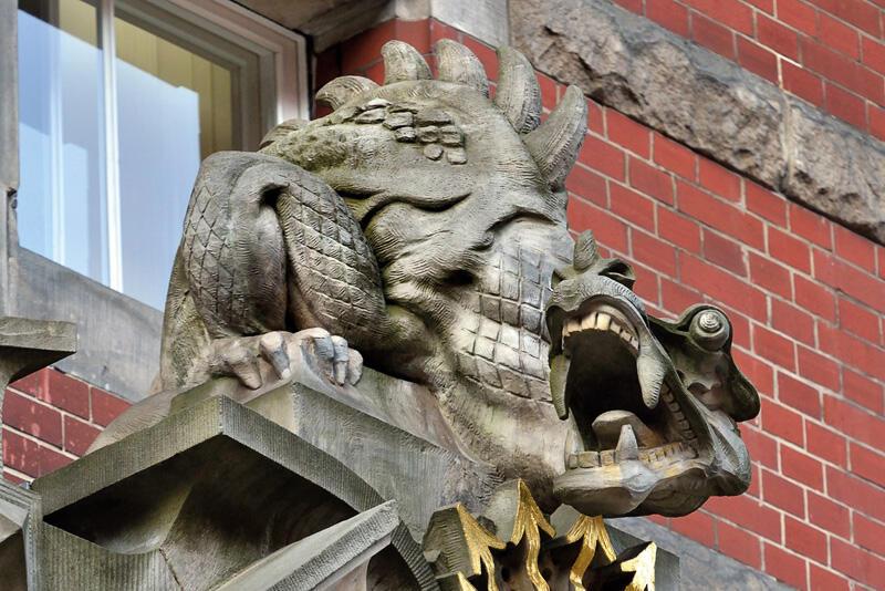 Smok szczerzący zęby tuż przed atakiem na nieostrożnych użytkowników energii elektrycznej/ Gmach obecnego Wydziału Elektrotechniki i Automatyki PG