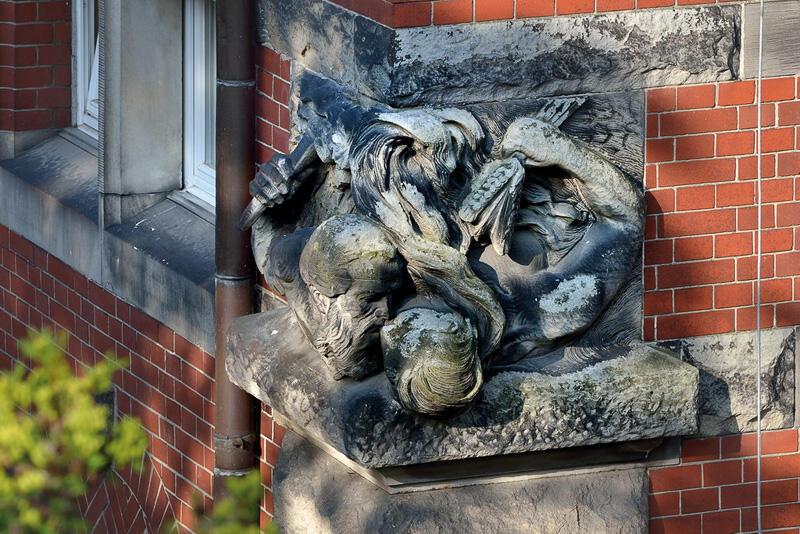 Pocałunek Jowisza i Cerery, dobrze widoczny na fasadzie dawnego Wydziału Elektrycznego