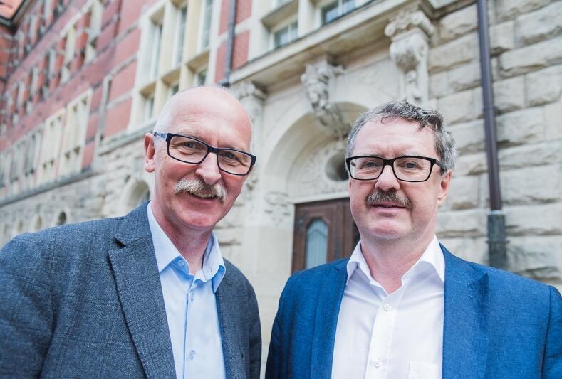 Od l.: Krzysztof Krzempek, Jakub Szczepański, za nimi Gmach Główny Politechniki Gdańskiej