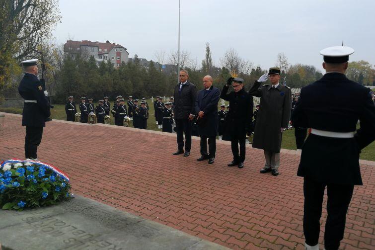 Przedstawiciele władz Francji składają wieńce. Nz. (od lewej) konsul honorowy Francji w Trójmieście Alain Mompert obok ambasador Francji w Polsce Pierre Lévy