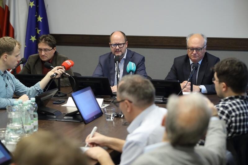 To, dlaczego miasto proponuje 95 proc. upust, wyjaśniał podczas wtorkowej konferencji prezydent Gdańska Paweł Adamowicz (po środku), dyrektor Wydziału Skarbu Tomasz Lechowicz ( z prawej) oraz Roland Dudziuk, także z Wydziału Skarbu
