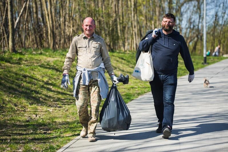 Jednym z problemów w dzielnicach są porzucone śmieci i nielegalne wysypiska. Na zdjęciu uczestnicy III edycji Wielkiego Sprzątania Gdańska-Południe  w kwietniu 2018 roku z workami śmieci zebranymi z parków i trawników