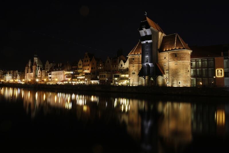 Żuraw i pozostała zabudowa Długiego Pobrzeża w oprawie nocnej iluminacji