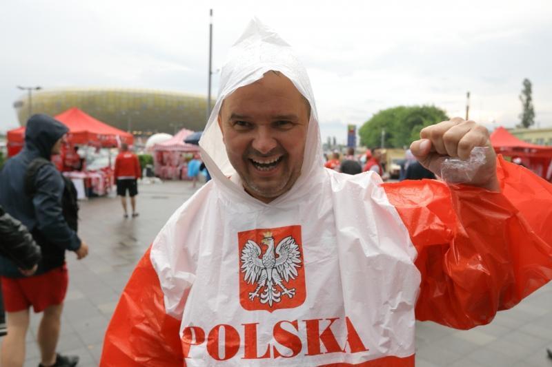 Czerwiec 2016, było ciepło, ale momentami padało. Kibice zmierzający na Stadion Energa Gdańsk na mecz Polska - Holandia byli wyposażeni w peleryny przeciwdeszczowe. W czwartek, 15 listopada, przydadzą się kurtki i parasole