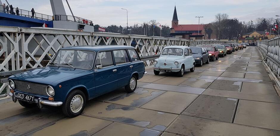 Miłośnicy dawnych pojazdów w nietypowy sposób postanowili pożegnać gdański most