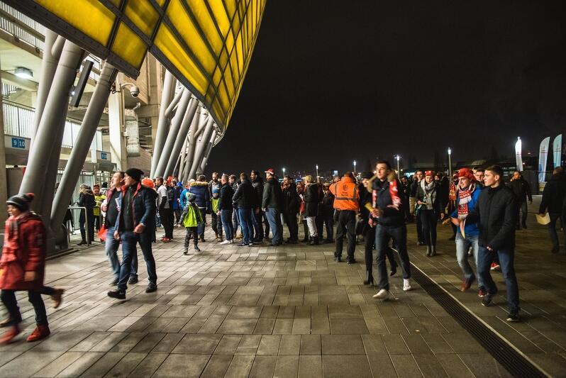 Kibice wchodzą na stadion