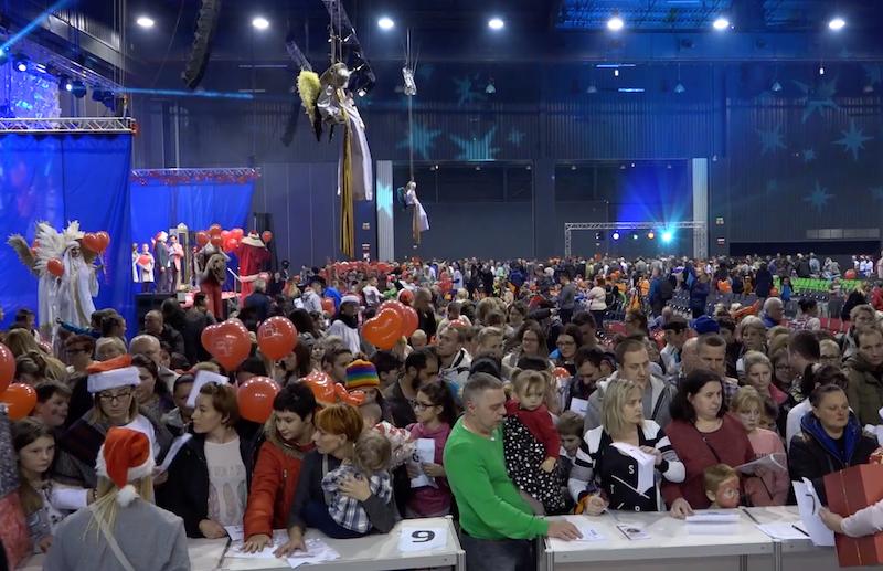 Duża radość i równie duży tłum - kadr z zeszłorocznego finału akcji Każdy może pomóc