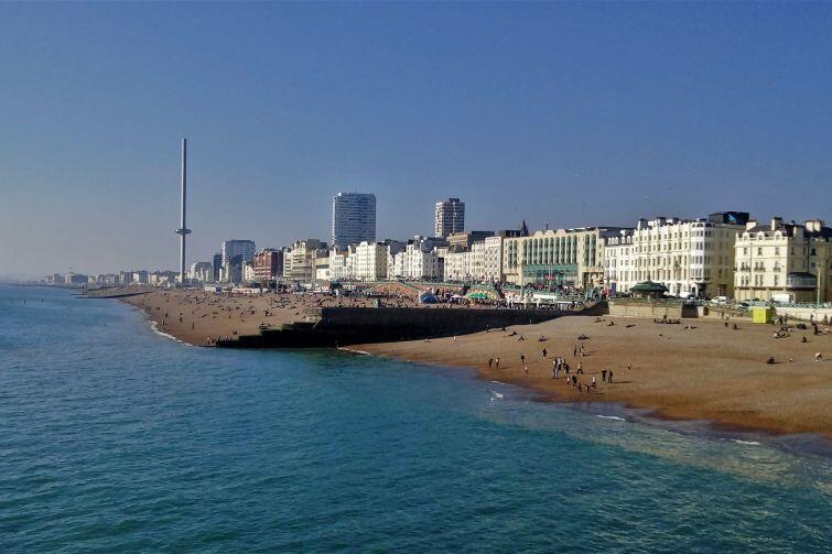 Bulwar nadmorski i plaża w Brighton – jednej z najpopularniejszych miejscowości wypoczynkowych w Wlk. Brytanii