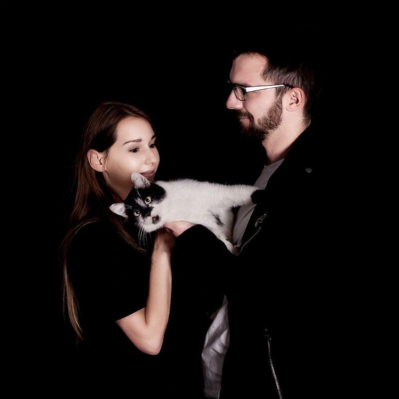 W schronisku Promyk przebywa około 70 kotów. W sesji zdjęciowej wystapili Pandek, Gamma, Łapek, Gwiazdka, Oliwka