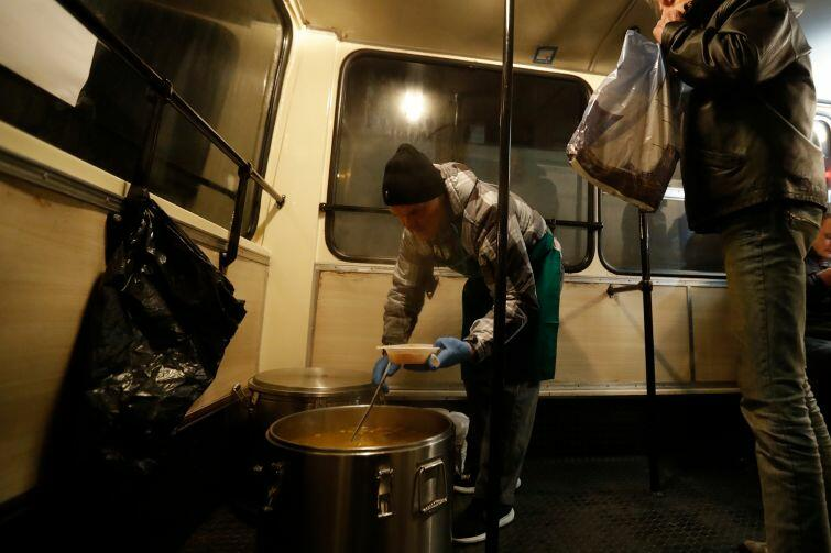 Specjalny autobus z gorącą zupą dla bezdomnych i potrzebujących znowu wyjeżdża na trasę