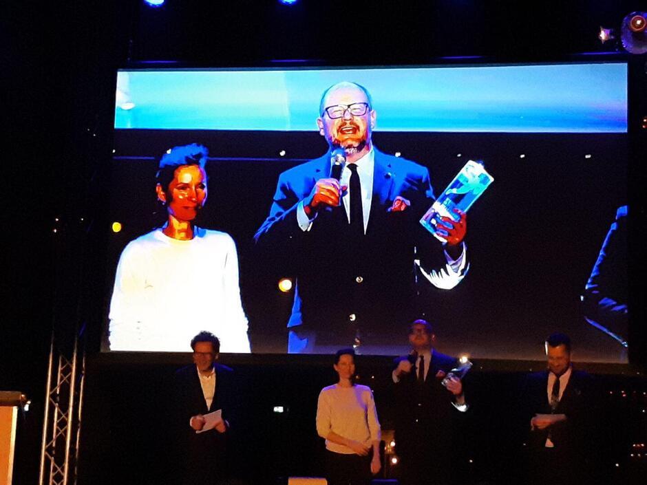 Prezydent Paweł Adamowicz odbiera nagrodę za działania miasta na rzecz integracji imigrantów