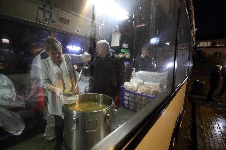 W pojeździe można zjeść ciepły posiłek, a także otrzymać ciepłe ubrania bądź skorzystać z pomocy ratownika medycznego