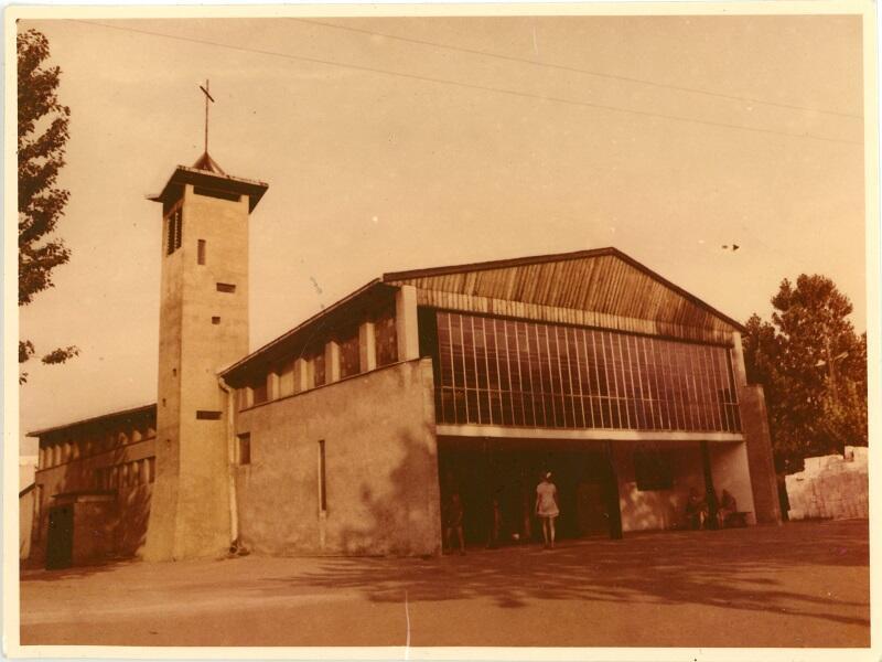 Niewielka kaplica z cegły i prefabrykatów służyła mieszkańcom Przymorza przez kilkanaście lat zanim wzniesiono Okrąglaka