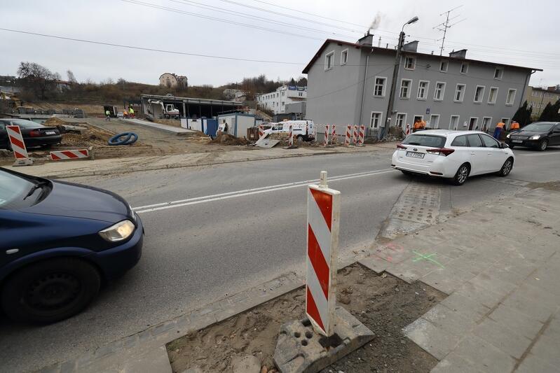 Przebudowa ul. Kartuskiej odbywa się na wysokości posesji 226. Powstanie m.in. pas skrętu w lewo a na środku jezdni - wyspa torująca ruch