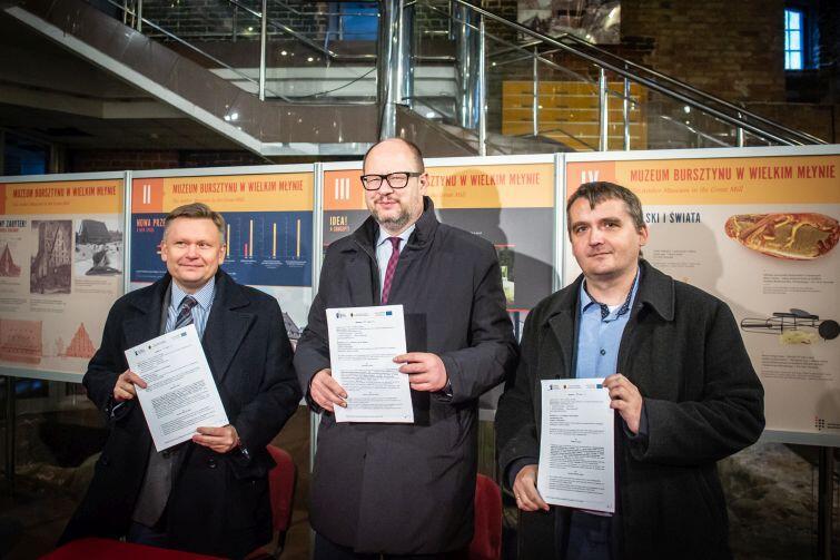 Podpisanie umowy na termomodernizację Wielkiego Młyna. Nz. (od lewej) Waldemar Ossowski Dyrektor Muzeum Gdańska. Paweł Adamowicz, prezydent Gdańska i przedstawiciel firmy M-Invest