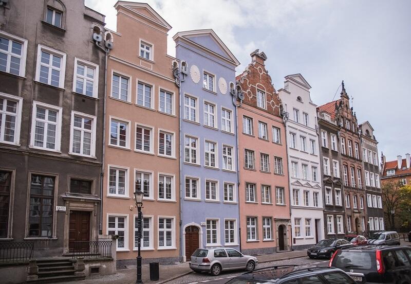 Odnowione fasady kamienic na ulicy Ogarnej.