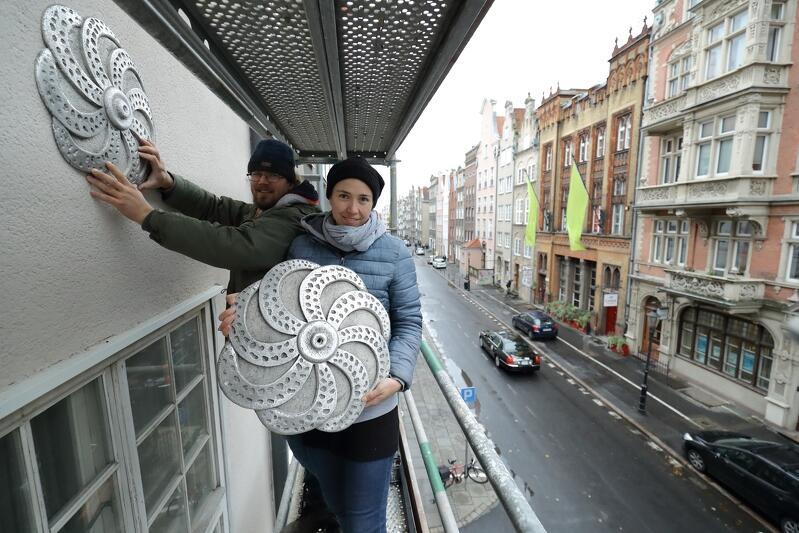 Artyści w czasie prac nad efektowną dekoracją fasady kamienicy przy ul. Ogarnej 111