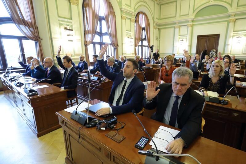 Pierwsza robocza sesja i pierwsze decyzje radnych w kadencji 2018 - 2023