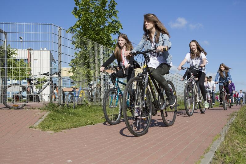 Uczniowie Szkoły Podstawowej nr 12 w Gdańsku w drodze na lekcje