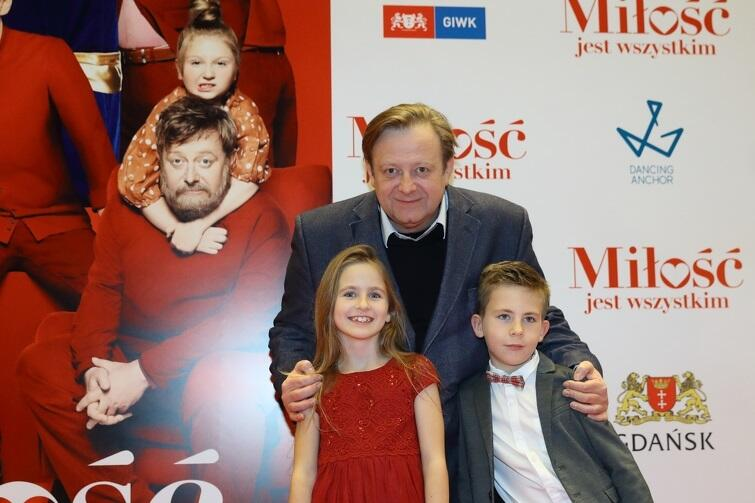 Niesfornego Mikołaja zagrał Olaf Lubaszenko. Na zdjęciu z najmłodszymi aktorami z filmu