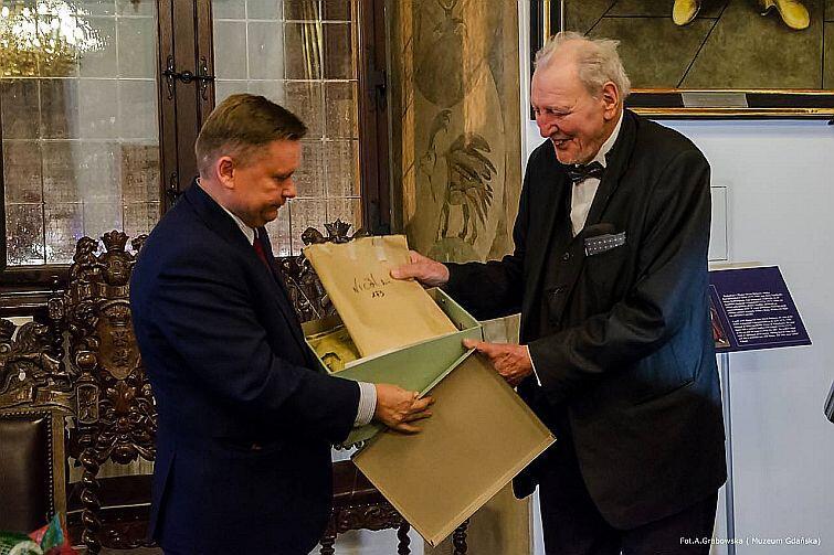 Kolekcja obejmuje 1212 zdjęć i negatywów dokumentujących przedwojenny wystrój wnętrz gdańskich zabytków. Nz. od lewej prof. Waldemar Dąbrowski, dyrektor Muzeum Gdańska i prof. Wolfgang Deurer