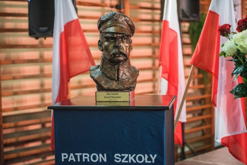 W trakcie uroczystości miało miejsce odsłonięcie popiersia Marszałka. Szkoła od lat ma dobre relacje ze Związkiem Piłsudczyków RP, któremu pomaga upamiętniać osobę i czyny marszałka Józefa Piłsudskiego
