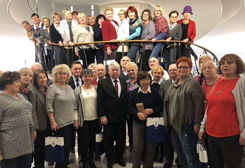 Marszałek Senatu RP i `srebrni obywatele`, których zaprosił do Warszawy