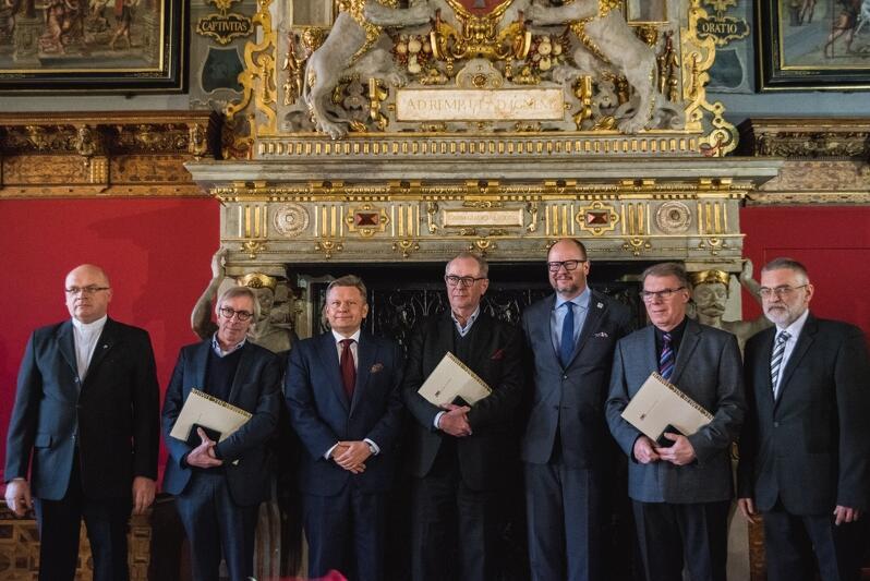 Wyróżnieni carilloniści Medalem Prezydenta Miasta Gdańska. W środku prezydent Paweł Adamowicz
