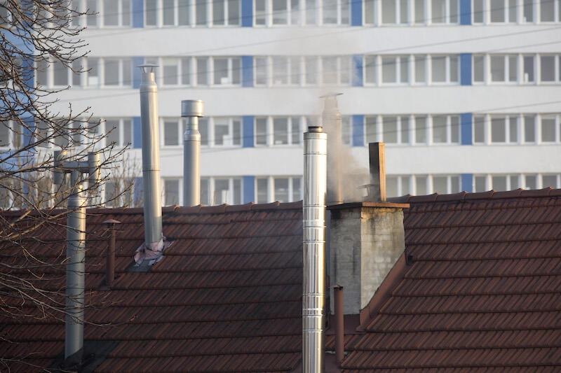 Podejrzany kolor i zapach dymu z komina nie zawsze jest wynikiem spalania śmieci. Czasem nadmierne zadymienie i uciążliwa woń mogą oznaczać, że w danym piecu używany jest węgiel niskiej jakości lub wilgotne drewno