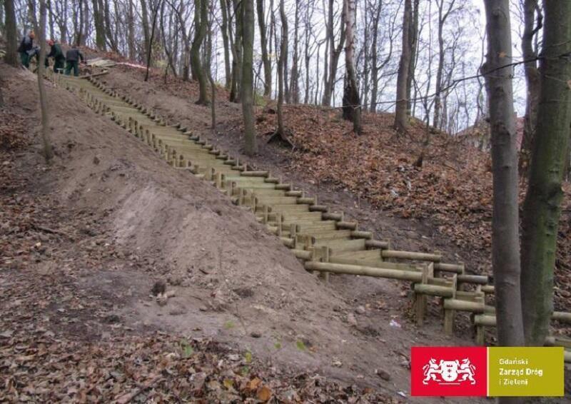 Nowe schody za parkingiem leśnym przy ul. Dębinki