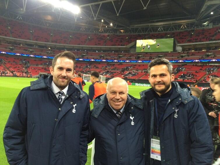 Krzysztof Puzio [na zdj. po prawej, jeszcze jako pracownik Tottenhamu Londyn] po 10 latach pracy w Wielkiej Brytanii wrócił do Polski i jako groundsman dba m.in. o stan murawy w Gdańsku