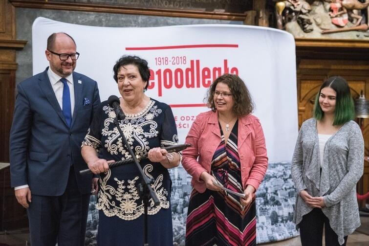 W imieniu trzech pokoleń gdańskich kobiet klucze z rąk prezydenta miasta odebrały: Urszula Ściubeł - była pracownica Stoczni Gdańskiej, Lidka Makowska - aktywistka oraz Hanna Gejduk - licealistka