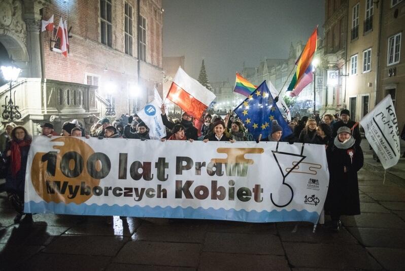 Kolorowy pochód '100 kroków na 100 lat' przeszedł ulicami Gdańska z okazji stulecia uzyskania przez kobiety praw wyborczych