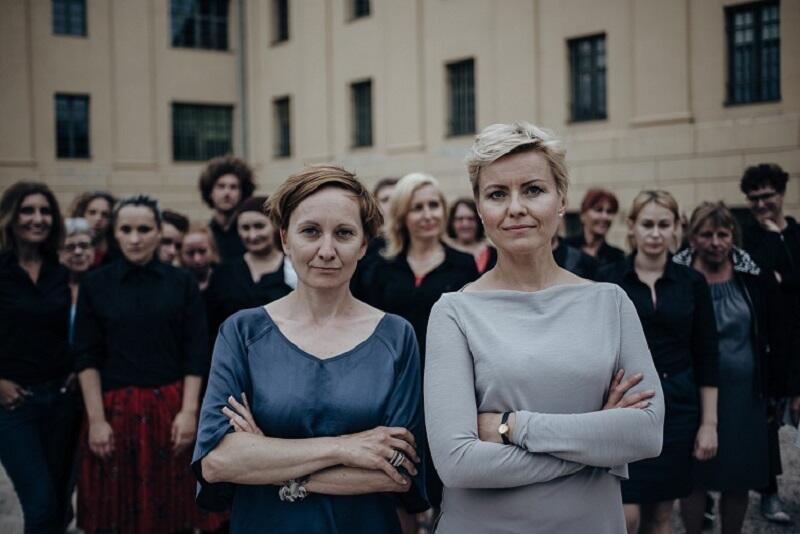 [Od lewej] Rita Jankowska, reżyserka i autorka scenariusza spektaklu 'Trafiło je' i Agnieszka Szydłowska - kompozytorka muzyki do sztuki. W tle zespół aktorów
