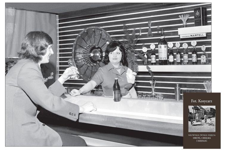 """Bar w restauracji Adria otwartej po remoncie na ul. Jedności Robotniczej 85. Na półce m.in. winiak, wódka klubowa, wyborna żytnia, jarzębiak, a dla koneserów koniaki o goldwasser. Była to w latach 50. i 60. bardzo popularna oruńska restauracja, otwarta po wojnie przez Marcina Dropa. Odbywały się w niej m.in. dansingi, czyli wieczory z muzyką taneczną na żywo. Remont nie podniósł rangi lokalu, a wręcz odwrotnie - Adria stała się później knajpą, w której łatwiej było trafić na rozróbę niż na rodzinną atmosferę. Z czasem została zlikwidowana, a na jej miejscu powstała apteka. 27 marca 2975 roku. - z książki """"Fot. Kosycarz - niezwykłe zwykłe zdjęcia Oruni, Chełma i Siedlec"""", 2018 r."""
