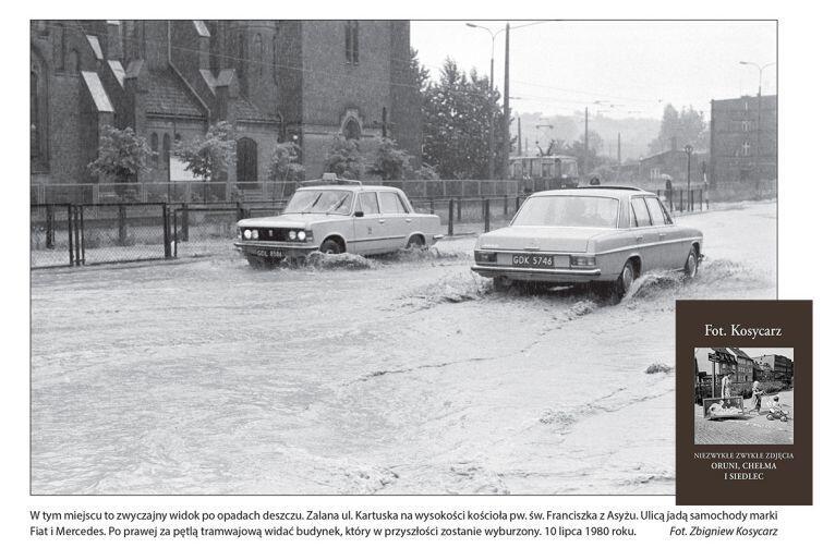 """W tym miejscu to zwyczajny widok po opadach deszczu. Zalana ul. Kartuska na wysokości kościoła pw. św. Franciszka z Asyżu. Ulicą jadą samochody marki Fiat i Mercedes. Po prawej za pętlą tramwajową widać budynek, który w przyszłości zostanie wyburzony. 10 lipca 1980 roku. - z książki """"Fot. Kosycarz - niezwykłe zwykłe zdjęcia Oruni, Chełma i Siedlec"""", 2018 r."""