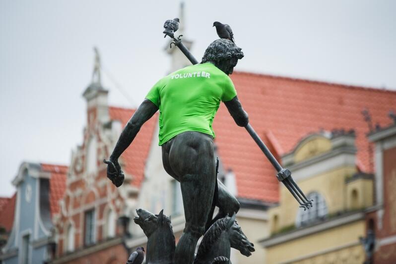 Rok temu na zakończenie parady Neptun założył charakterystyczną zieloną koszulkę gdańskiego wolontariusza. W tym - na mecie parady przy napisie GDAŃSK w niebo poleci 50 zielonych balonów